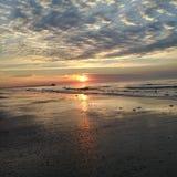 För morgonstrand för soluppgång drömlik för Atlantic Ocean Myrtle Beach för lågvatten strand för semesterort semester Royaltyfria Foton