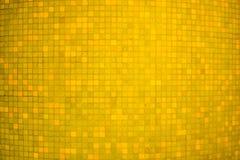 För mosaikvägg för gul färg keramisk bakgrund och textur Royaltyfri Foto
