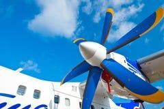 för motorsky för flygplan svarta blåa vingar royaltyfri fotografi