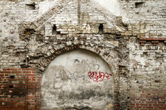 För murerivägg för Grunge gammalt fragment från vita tegelstenar och skadad murbrukbakgrundstextur för text eller bild close Arkivbilder