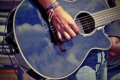För musikalisk latinsk musik musikbandlek för gata, närbild av gitarristen Ha Arkivbilder