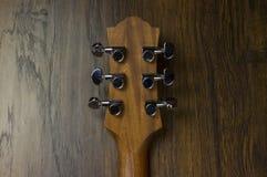 För musikfall för akustisk gitarr formar jazz för fingerstyle för musiker för gitarrist för musik för lek för solid vibration för Royaltyfria Foton
