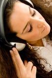 för musikkvinna för hörlurar lyssnande barn Arkivbild