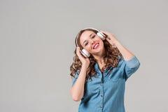 för musikkvinna för lycklig hörlurar lyssnande barn Royaltyfri Bild
