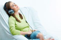 för musikkvinna för hörlurar lyssnande barn Arkivbilder