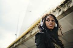 För musikmassmedia för afrikansk kvinna lyssnande avkoppling för underhållning royaltyfria foton