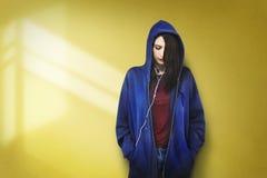 För musikmassmedia för kvinna lyssnande begrepp för avkoppling för underhållning arkivfoton