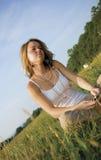 för musikspelare för flicka lyssnande bärbart nätt tonårs- till Royaltyfria Bilder