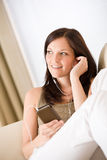 för musikspelare för holding home lyssnande kvinna för sofa Fotografering för Bildbyråer