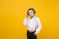 För musikstudio för Caucasian pojke lyssnande begrepp Arkivbilder