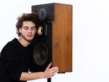 För musikvän för man lyssnande högtalare Royaltyfri Bild