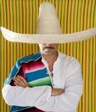 för mustaschstående för man mexikansk sombrero för skjorta Arkivbild