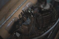 För mycket märker skrivit samtidigt på den gamla tappningskrivmaskinen, och de klibbade Tappning utformar fotoet Arkivbild