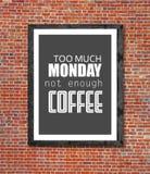 För mycket måndag inte nog kaffe som är skriftligt i bildram Arkivfoton