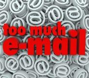 För mycket post för bakgrund för symbol för Emailsymbol@ tecken Arkivfoton