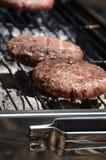För nötköttbiff för BBQ två kebab på brand på picknick Royaltyfri Bild