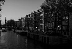 För natten Amstel flod i Amsterdam Royaltyfri Bild