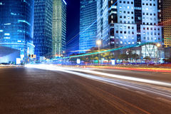 för nattgata för stad ljusa moderna trails Arkivfoto
