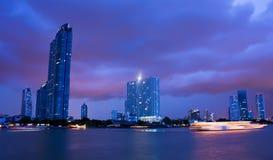 för nattphraya för chao molnig flod Arkivfoto