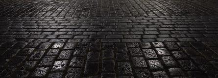 För nattstad för abstrakt begrepp våt trottoar Arkivfoton