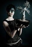 för naturpräst för kvinnlig helig tree arkivfoton