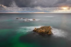 för naturrocks för sammansättning dramatisk storm för hav för plats Royaltyfria Bilder