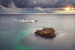 för naturrocks för sammansättning dramatisk storm för hav för plats Royaltyfri Bild
