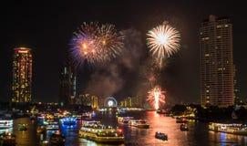 För nedräkningberöm för nytt år fyrverkerier i Bangkok Royaltyfri Foto