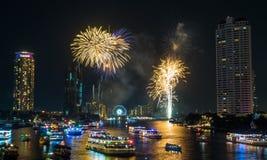 För nedräkningberöm för nytt år fyrverkerier i Bangkok Arkivfoto
