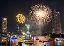 För nedräkningberöm för nytt år fyrverkerier i Bangkok Arkivfoton