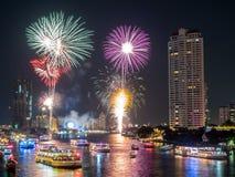 För nedräkningberöm för nytt år fyrverkerier i Bangkok Fotografering för Bildbyråer
