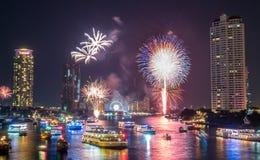 För nedräkningberöm för nytt år fyrverkerier i Bangkok Royaltyfria Foton