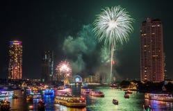 För nedräkningberöm för nytt år fyrverkerier i Bangkok Arkivbilder