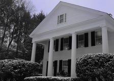 för New England för 3 berättelse vitt hus stil med 4 kolonner nära mitten av staden Royaltyfri Bild