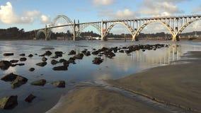 För Newport för sylt för Yaquina fjärdskaldjur för Oregon bro mun flod arkivfilmer