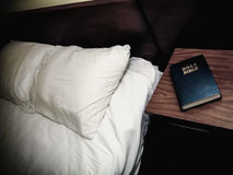 För Nightstand för helig bibel rum motell royaltyfria bilder