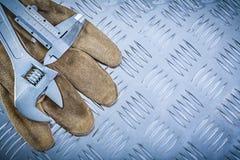 För nonieskalaklämma för skyddande handskar skiftnyckel på channele arkivfoto