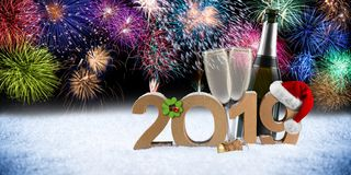 För numberchampagneflaska för lyckligt nytt år exponeringsglas 2019 framme av sänkan fotografering för bildbyråer