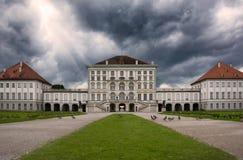 För Nymphenburg för dramatisk kontrast arkitektonisk yttre Munich slott Tyskland Arkivbilder