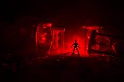 för objekttid för bakgrund begrepp isolerad white Kontur av ett mananseende mellan timglas med rök och ljus på en mörk bakgrund Arkivbilder