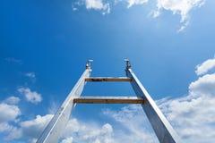 för oklarhetsillustration för blue 3d att ne för stege framför skyen Arkivfoton