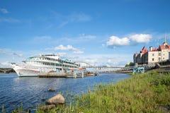 För Oktober för ` för kryssningskepp ` revolution på stadsbryggan på en solig Juli dag Yaroslavl region, Ryssland Royaltyfri Bild