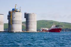 för oljeplattform för hav frånlands- bogserbåt Arkivfoton