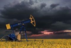 För oljeplattformenergi för olje- pump industriell maskin för oljor i Arkivbild