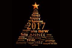 för ordmoln för nytt år 2017 flerspråkigt kort för hälsning i formen av ett julträd Arkivfoto