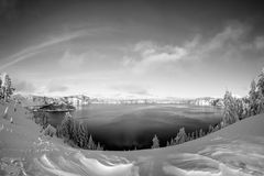 För Oregon för inter-Forest Crater Lake Snowy Mountain landskapfotografi träd Stillahavs- nordvästliga berg Arkivfoton