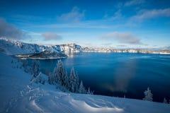 För Oregon för inter-Forest Crater Lake Snowy Mountain landskapfotografi träd Stillahavs- nordvästliga berg Royaltyfria Foton
