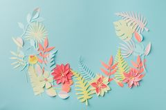 För origamifower för pappers- hantverk idé för garnering idérik tropiska blommor och sidor på blå pastellfärgad bakgrund, sommart arkivbilder