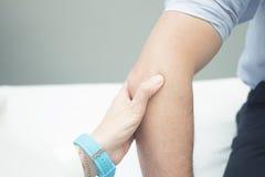För ortopedisk undersökande patient kirurgdoktor för Traumatologist Royaltyfri Foto
