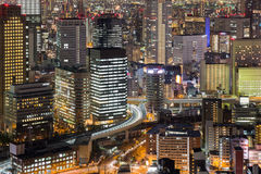 För Osaka för flyg- sikt sikt för natt stad i stadens centrum Arkivfoto